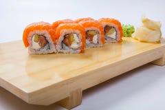 Суши с семгами на деревянном подносе Стоковое фото RF