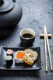 Суши с соевым соусом на черном керамическом блюде Стоковое Фото