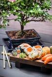 Суши служили на деревянной доске и подготавливают для еды Стоковое фото RF
