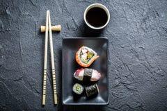 Суши служили на черноте керамической с соевым соусом Стоковые Фотографии RF