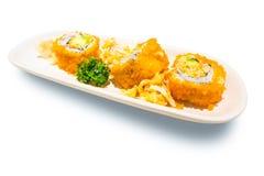 Суши с Masago - крен Калифорнии Maki сделанный из мяса краба, авокадоа, огурца внутри Masago снаружи Стоковая Фотография