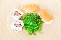 Суши, типичная японская еда стоковое фото