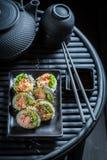Суши установили с wasabi и соевым соусом на таблице стоковые изображения