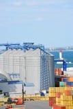 Сушильщик и контейнер зерна порта стоковое изображение rf