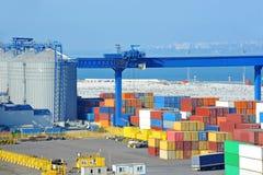 Сушильщик, кран и контейнер зерна порта стоковые изображения rf