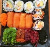 Суши, японская еда, смешанные суши, семга, келп, Nori, овощ, краб, яичко Стоковое фото RF