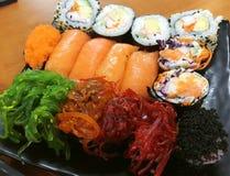 Суши, японская еда, смешанные суши, семга, келп, Nori, овощ, краб, яичко Стоковые Изображения RF
