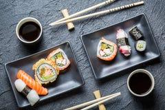 Суши для 2 служили в черноте керамической Стоковая Фотография