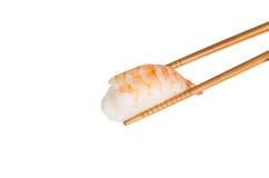 Суши Ebi betwwen 2 деревянных палочки Стоковые Фотографии RF