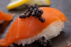 Суши Nigiri с свежими семгами и черной икрой Стоковые Фото