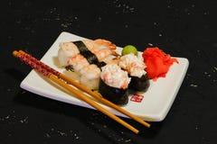 Суши Nigiri установили на белую плиту на черной предпосылке Японская еда Азиатский вкусный обедающий Стоковое Фото