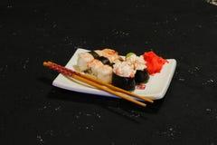 Суши Nigiri установили на белую плиту на черной предпосылке Японская еда Азиатский вкусный обедающий Стоковое фото RF