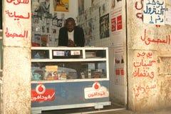 Суданский беженец в его магазине мобильного телефона стоковые изображения rf