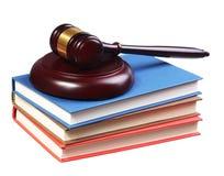 Судите молоток и книги изолированными на белой предпосылке. Концепция закона Стоковое Изображение RF