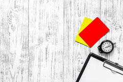 Судить футбола Желтые и красные карточки рефери, секундомер, пусковая площадка, на деревянном copyspace взгляд сверху предпосылки Стоковые Фото