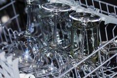 Судомойка кухни с бокалами Стоковые Фотографии RF