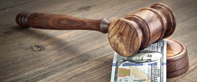 Судьи или аукционисты молоток и стог денег на деревянной предпосылке Стоковое Изображение