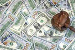 Судьи или молоток аукциониста на предпосылке наличных денег доллара Стоковые Изображения