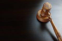 Судьи или молоток грецкого ореха аукционистов на черной таблице стоковое изображение