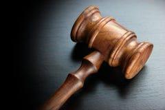 Судьи или молоток грецкого ореха аукционистов на черной таблице Стоковая Фотография RF