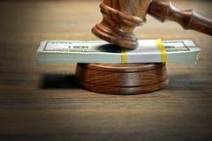 Судьи или молоток и деньги аукциониста на деревянном столе Стоковое фото RF