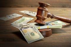 Судьи или молоток и деньги аукциониста на деревянном столе Стоковая Фотография