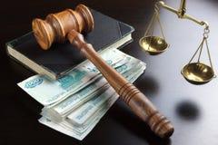 Судьи молоток, масштаб, старая книга и русские наличные деньги на таблице Стоковые Фотографии RF