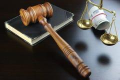 Судьи молоток, масштаб, старая книга и русские наличные деньги на таблице Стоковое Изображение RF