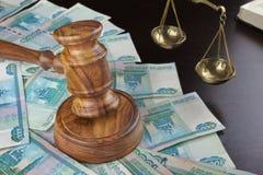 Судьи молоток, масштаб, старая книга и русские наличные деньги на таблице Стоковые Изображения