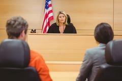 Судья и юрист обсуждая предложение для пленника Стоковые Изображения RF