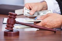 Судья подсчитывая деньги Стоковое Фото