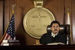 Судья сидя в зале судебных заседаний стоковая фотография rf