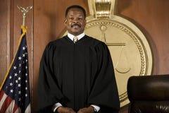 Судья стоя в зале судебных заседаний стоковые изображения