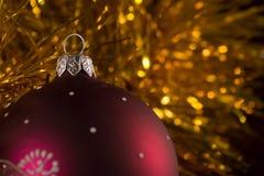 сфера красного цвета рождества Стоковые Фотографии RF