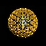 Сфера Bitcoin содержит золотых монеток Технологический финансовый знак дело золотистое стоковое изображение