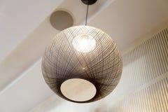 Сферически лампа смертной казни через повешение с оплетанным проводом Стоковое фото RF