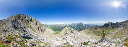 Сферически панорама 360 до 180 человек стоит на верхней части в держателе Стоковое Изображение RF