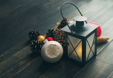 Сферы лампы и стекла рождества с конусами на деревянной предпосылке Стоковые Изображения RF