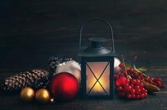 Сферы лампы и стекла рождества с конусами на деревянной предпосылке Стоковые Фото