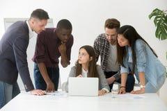 Сфокусированная разнообразная команда работы обсуждая онлайн проект стоковое изображение rf
