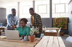 Сфокусированные африканские сотрудники используя компьтер-книжку совместно в офисе Стоковые Фотографии RF