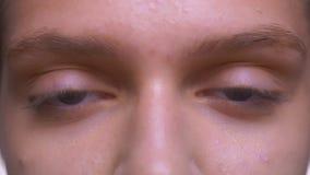 Сфокусированные голубые глазы конца-вверх славной кавказской девушки, смотря прямо с чисто здоровой кожей акции видеоматериалы
