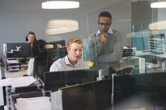 Сфокусированные коллеги дела работая на столе Стоковые Фотографии RF