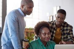Сфокусированные молодые африканские предприниматели на работе в офисе Стоковые Изображения RF