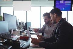 Сфокусированные мужские коллеги дела работая совместно в офисе Стоковое Изображение