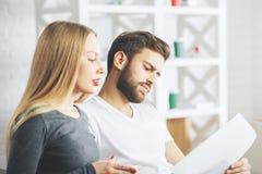 Сфокусированные предприниматели делая обработку документов Стоковые Изображения