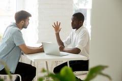 Сфокусированный африканский менеджер объясняя делающ предложение дела к cauc Стоковое фото RF