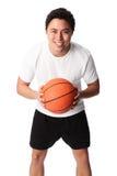 Сфокусированный баскетболист в шортах и футболке Стоковое Фото