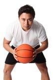 Сфокусированный баскетболист в шортах и футболке Стоковое Изображение