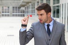 Сфокусированный бизнесмен держа дротик стоковые изображения